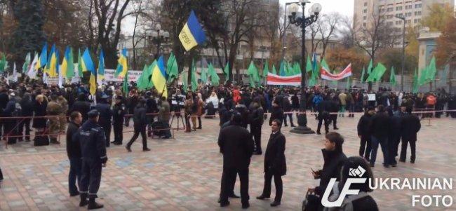 В Киеве под Радой митингуют около 400 человек (ФОТО, ВИДЕО) (фото) - фото 2