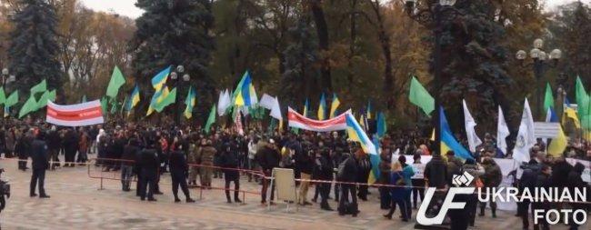 В Киеве под Радой митингуют около 400 человек (ФОТО, ВИДЕО) (фото) - фото 1