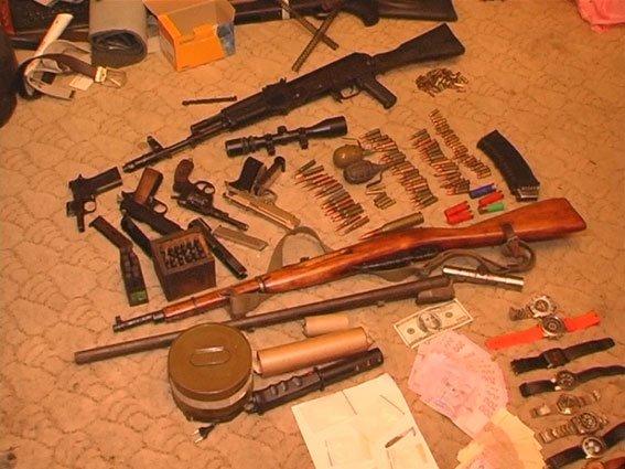 В Запорожье милиция обнаружила у грузинского рецидивиста целый арсенал оружия, - ФОТО (фото) - фото 1