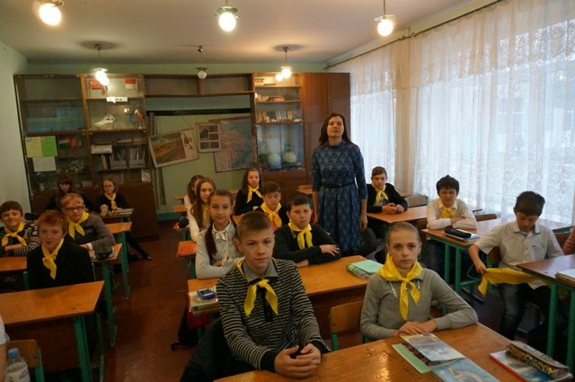 В Донецке школьники на уроках «государственности ДНР» надели желтые и оранжевые галстуки (ФОТОФАКТ) (фото) - фото 1