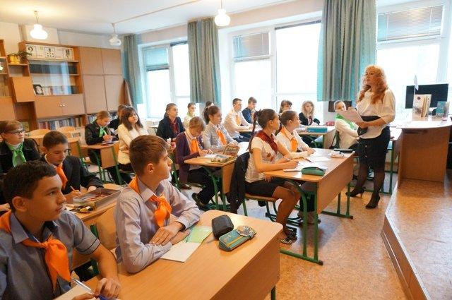 В Донецке школьники на уроках «государственности ДНР» надели желтые и оранжевые галстуки (ФОТОФАКТ) (фото) - фото 2