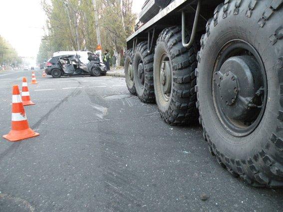 В центре Николаева БТР протаранил легковушку, есть пострадавшие (ФОТО) (фото) - фото 3