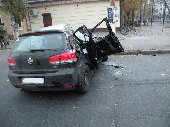 В центре Николаева БТР протаранил легковушку, есть пострадавшие (ФОТО) (фото) - фото 1