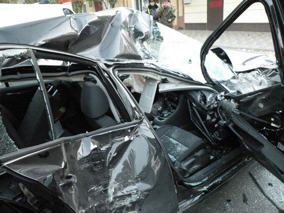 В центре Николаева БТР протаранил легковушку, есть пострадавшие (ФОТО) (фото) - фото 4