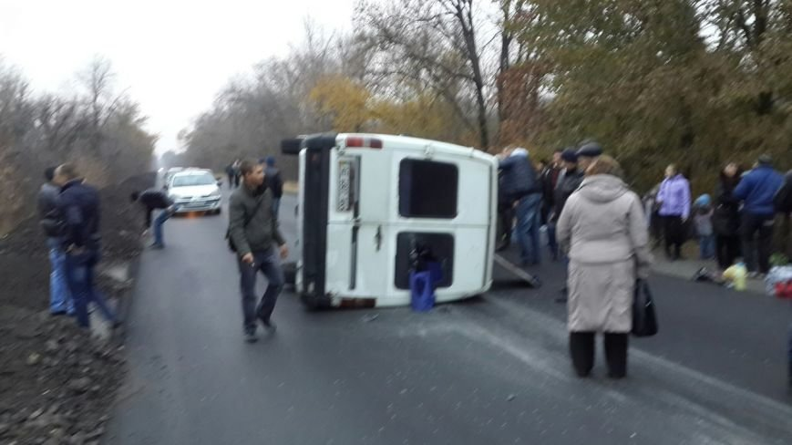 ДТП в Кривом Роге: Маршрутка попала колесом в яму на трассе и опрокинулась (ФОТО) (фото) - фото 2