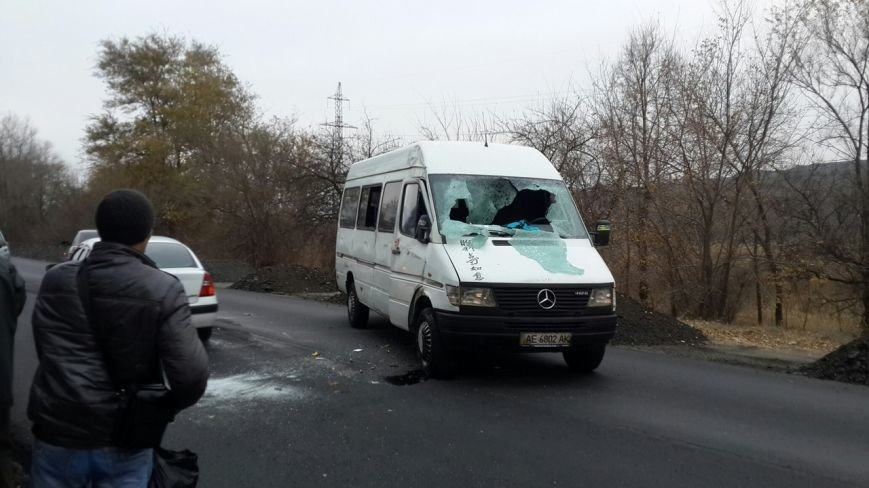 ДТП в Кривом Роге: Маршрутка попала колесом в яму на трассе и опрокинулась (ФОТО) (фото) - фото 1