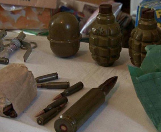 Правоохоронці викрили чоловіка, який «тримав» удома арсенал боєприпасів та вибухівку. ФОТО (фото) - фото 1
