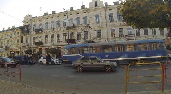 В центре Одессы лихач устроил ДТП и остановил трамвайное движение (ФОТО) (фото) - фото 1