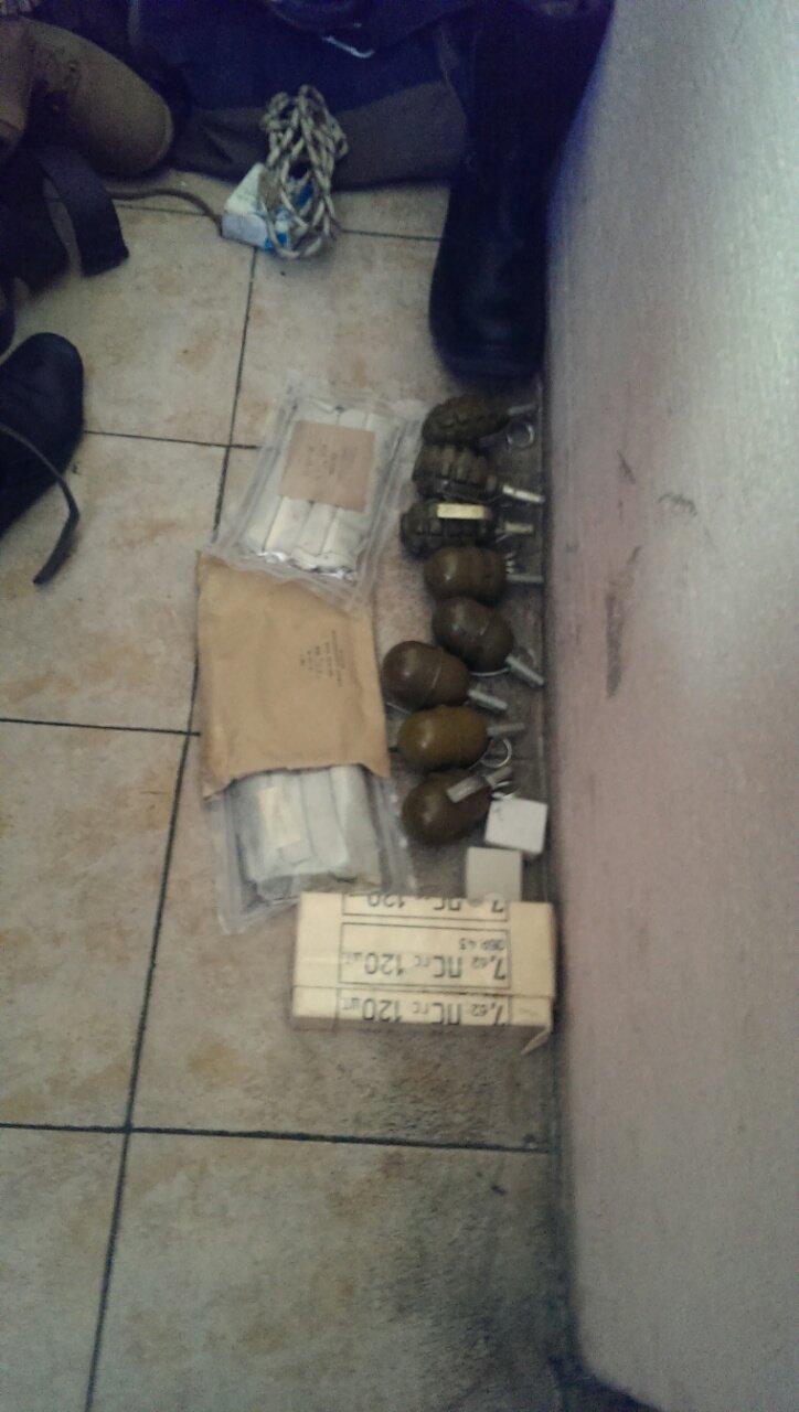 На тернопільському вокзалі затримали чоловіка з цілим арсеналом зброї (фото) (фото) - фото 1