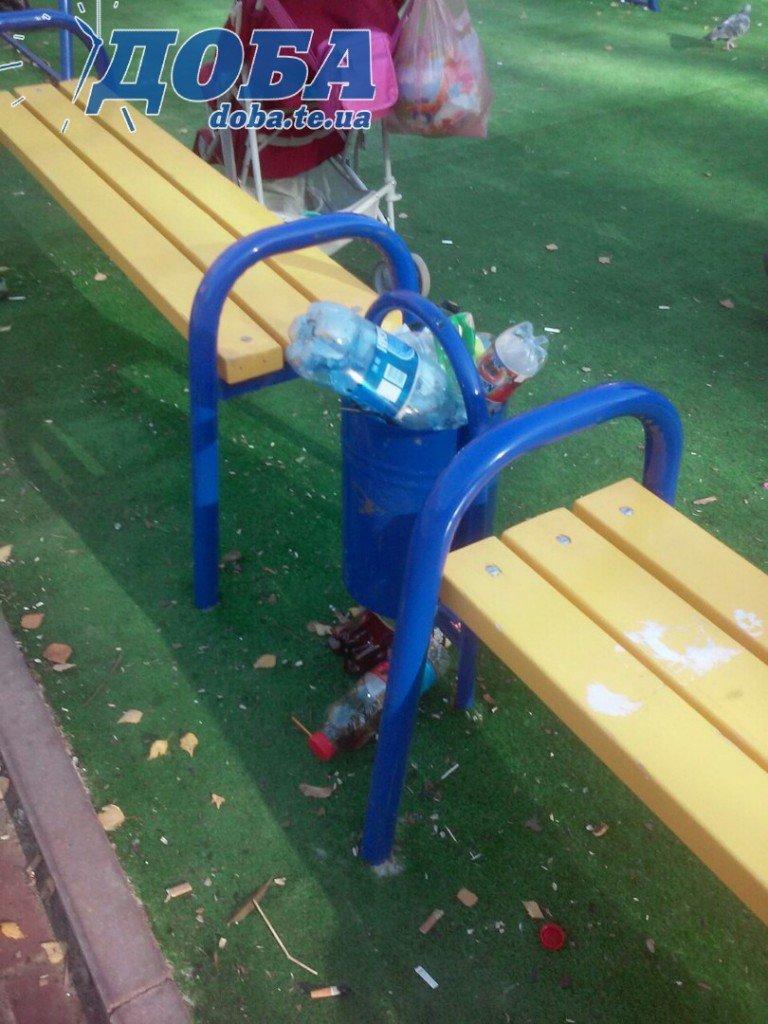 У Тернополі на майданчику діти граються серед сміття (фото) (фото) - фото 1