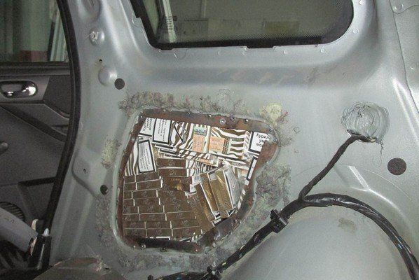 В «Котловке» задержали автомобиль забитый сигаретами «под завязку» (фото) - фото 1