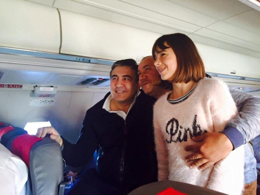 По пути в Варшаву Саакашвили перефотографировался со всеми пассажирами самолета (ФОТО) (фото) - фото 1