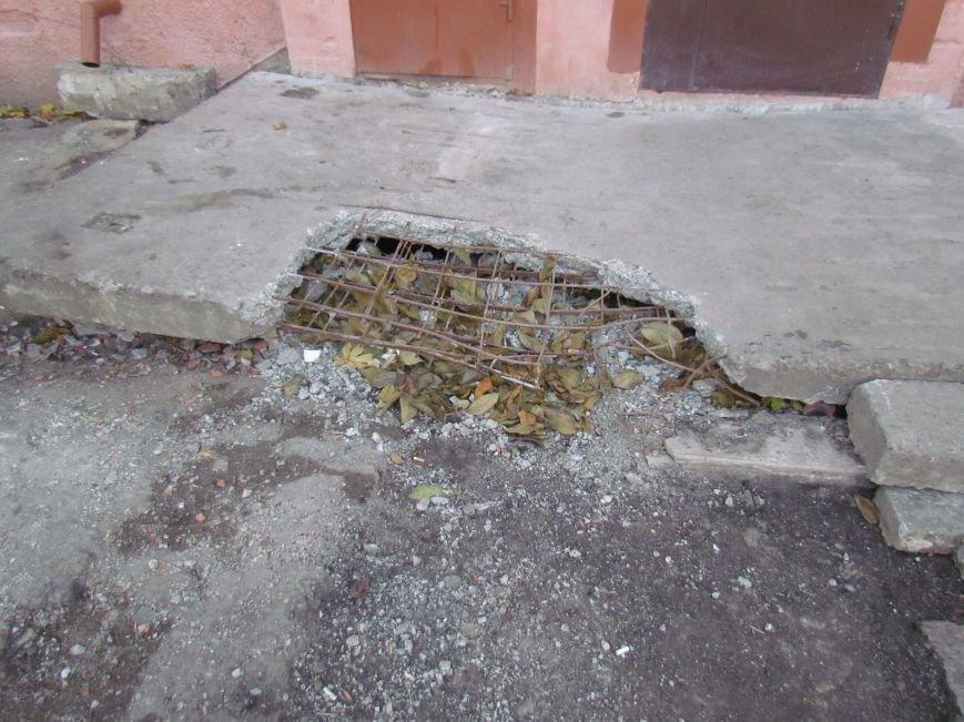 Мариупольским старикам из взорванного подъезда трудно попасть на улицу (ФОТО), фото-4