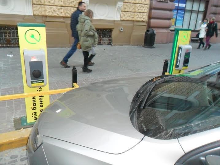 Зарядні станції є, а доступу немає: львівські водії загородили доступ до зарядних станцій для електромобілів (ФОТО+ВІДЕО) (фото) - фото 1