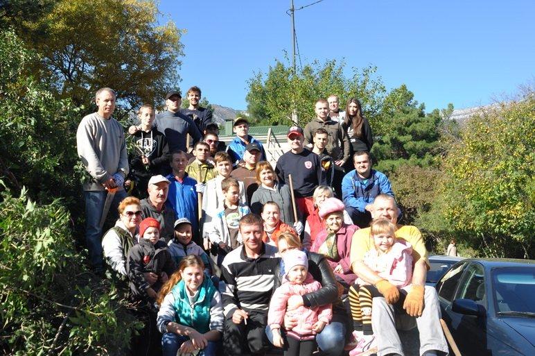 По инициативе главы муниципального образования Валерия Косарева в нескольких микрорайонах Ялты в октябре прошли субботники, фото-2
