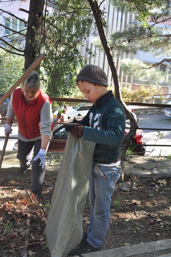 По инициативе главы муниципального образования Валерия Косарева в нескольких микрорайонах Ялты в октябре прошли субботники, фото-1