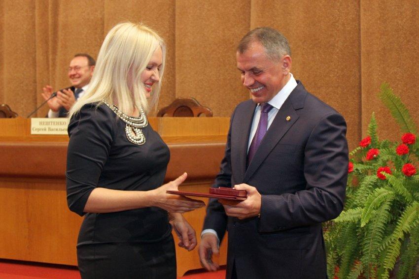 В Госсовете Крыма за выдающиеся достижения и вклад в укрепление единства наградили представителей Ялты (фото) - фото 1