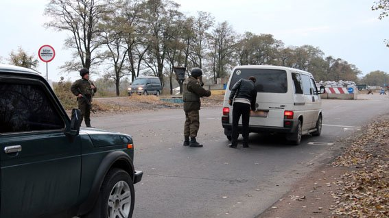 На блокпостах Донецкой области усилен контроль за перевозкой грузов (фото) - фото 1