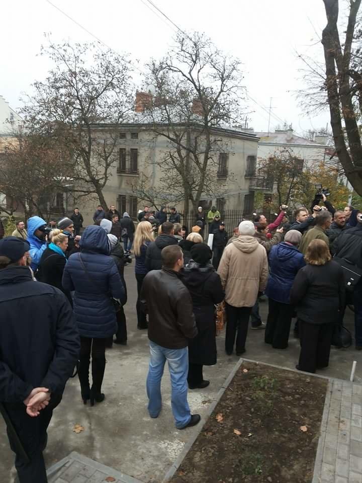 У Львові влаштували пікет біля будинку Садового (ФОТО) (фото) - фото 1