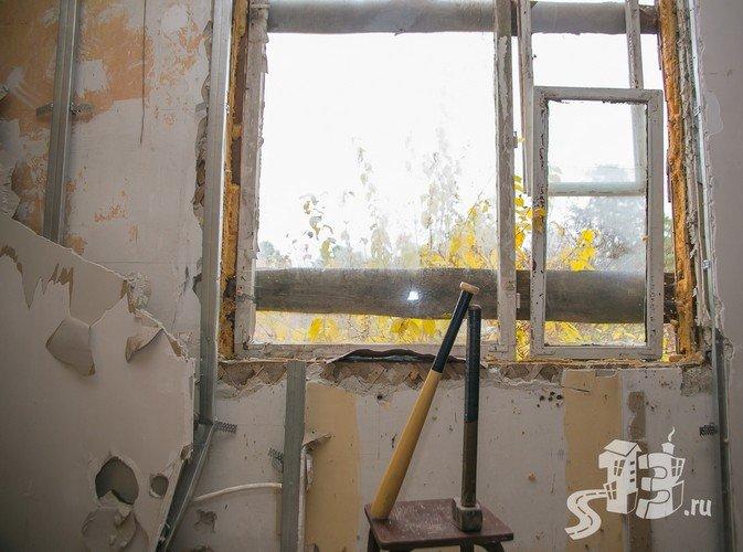 В Гродно открылась первая «расфигачанненая», где можно кувалдой и битой разгромить целую квартиру (фото) - фото 2