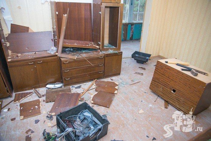 В Гродно открылась первая «расфигачанненая», где можно кувалдой и битой разгромить целую квартиру (фото) - фото 1