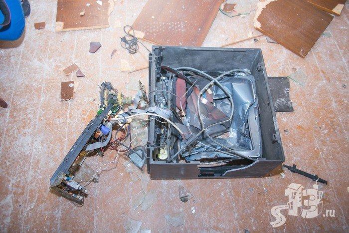 В Гродно открылась первая «расфигачанненая», где можно кувалдой и битой разгромить целую квартиру (фото) - фото 15