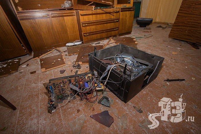 В Гродно открылась первая «расфигачанненая», где можно кувалдой и битой разгромить целую квартиру (фото) - фото 12