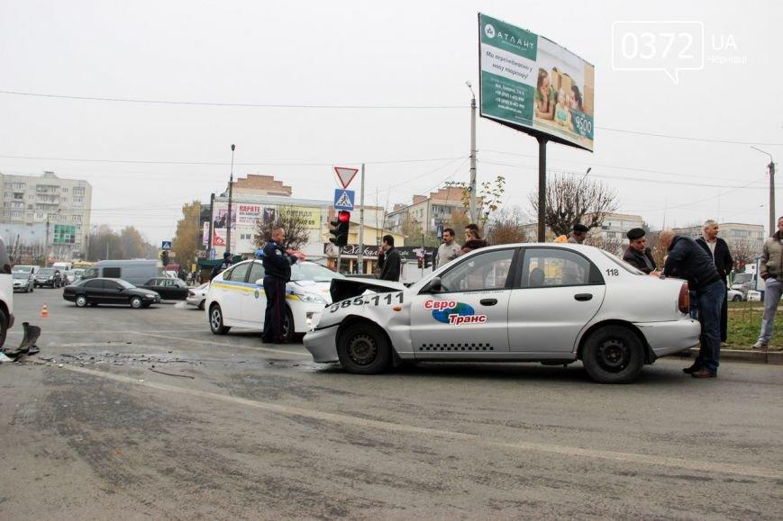 У Чернівцях на Воробкевича ДТП: зіткнулися два таксі (ФОТО) (фото) - фото 1