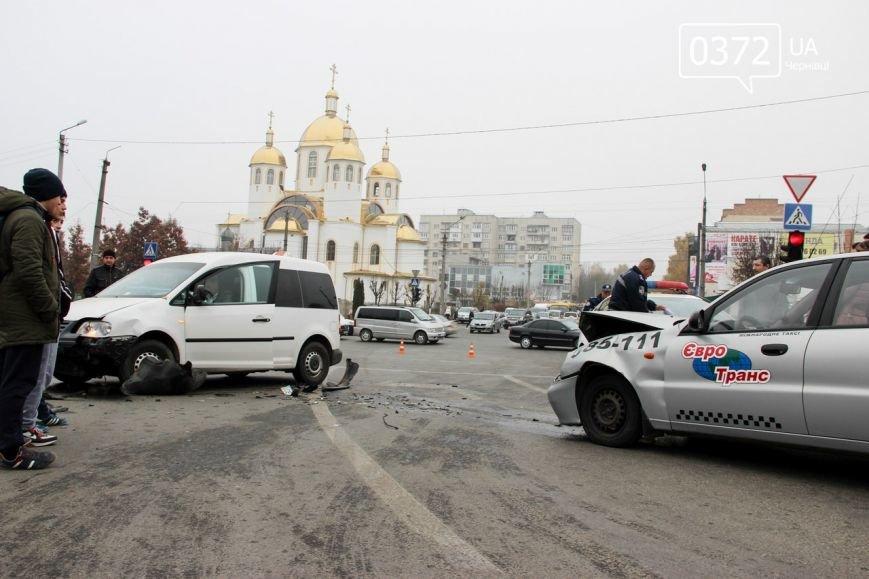 У Чернівцях на Воробкевича ДТП: зіткнулися два таксі (ФОТО) (фото) - фото 5
