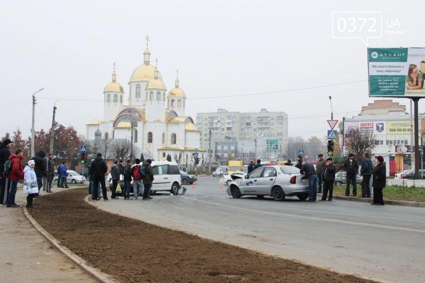 У Чернівцях на Воробкевича ДТП: зіткнулися два таксі (ФОТО) (фото) - фото 2