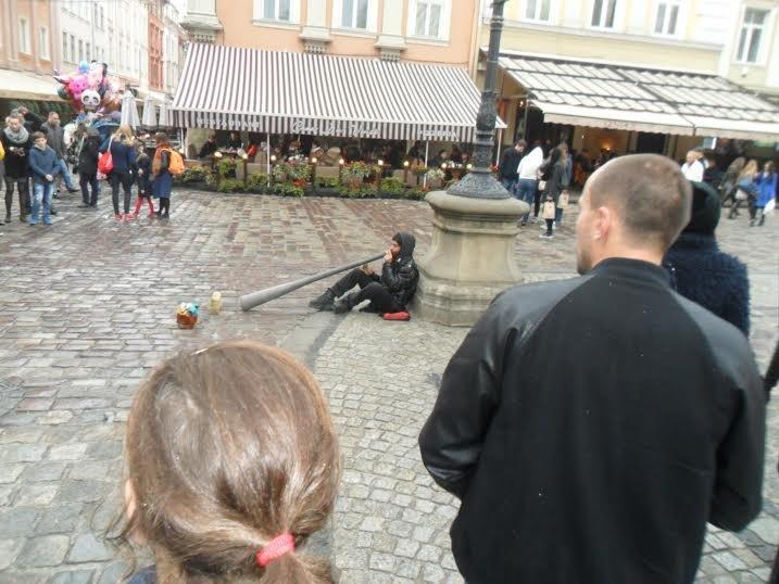 У центрі Львова вуличний музикант «загіпнотизував» перехожих (ФОТО+ВІДЕО) (фото) - фото 1
