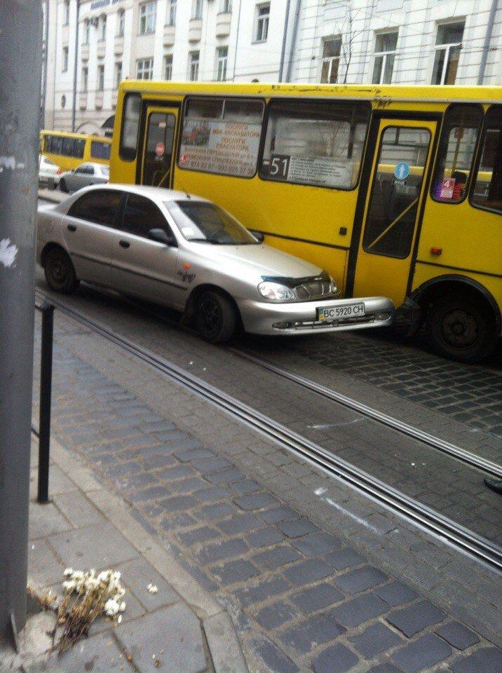 На вул. Городоцькій аварія за участю автобуса і легковика спричинила затори (ФОТО) (фото) - фото 1