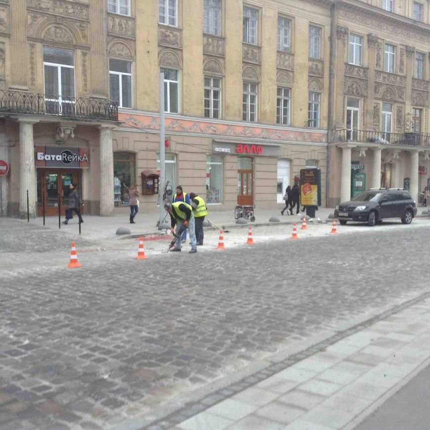 Робили, а тепер дороблять: у Львові ремонтують пр. Свободи навіть після офіційного відкриття (ФОТО) (фото) - фото 1