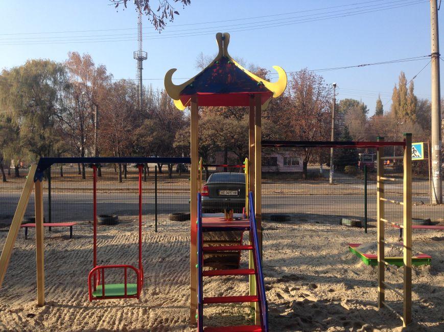Во дворе, где никогда не было даже качелей, благодаря помощи предпринимателя Олега Ляденко появилась новенькая детская площадка (ФОТО) (фото) - фото 2