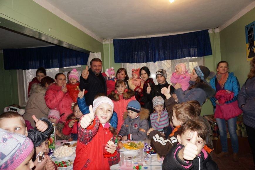 Во дворе, где никогда не было даже качелей, благодаря помощи предпринимателя Олега Ляденко появилась новенькая детская площадка (ФОТО) (фото) - фото 7