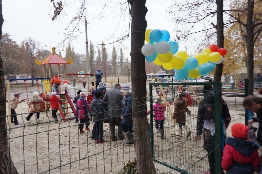 Во дворе, где никогда не было даже качелей, благодаря помощи предпринимателя Олега Ляденко появилась новенькая детская площадка (ФОТО) (фото) - фото 4