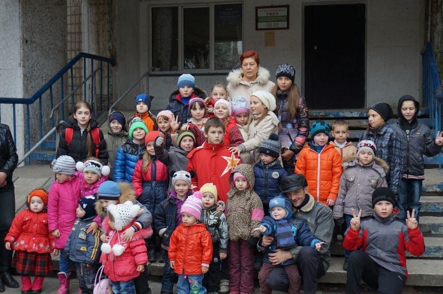 Во дворе, где никогда не было даже качелей, благодаря помощи предпринимателя Олега Ляденко появилась новенькая детская площадка (ФОТО) (фото) - фото 5