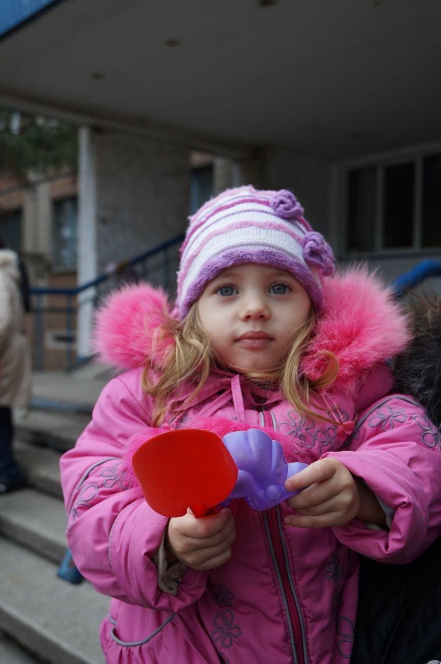 Во дворе, где никогда не было даже качелей, благодаря помощи предпринимателя Олега Ляденко появилась новенькая детская площадка (ФОТО) (фото) - фото 3