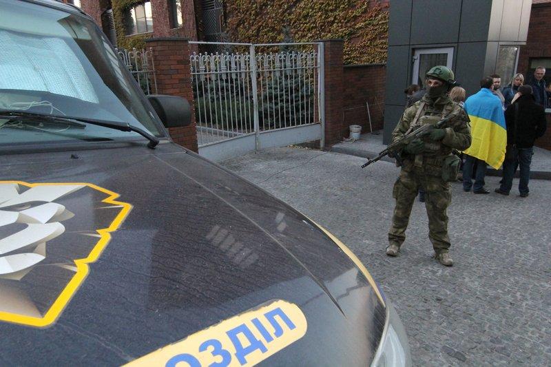 Правоохранители доставили Корбана в Днепропетровск под домашний арест (ПОЛНЫЙ ФОТОРЕПОРТАЖ) (фото) - фото 4
