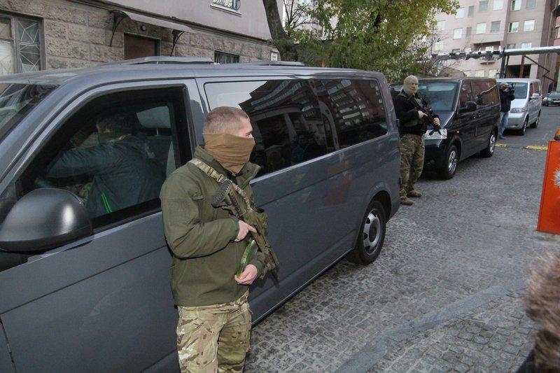 Правоохранители доставили Корбана в Днепропетровск под домашний арест (ПОЛНЫЙ ФОТОРЕПОРТАЖ) (фото) - фото 5