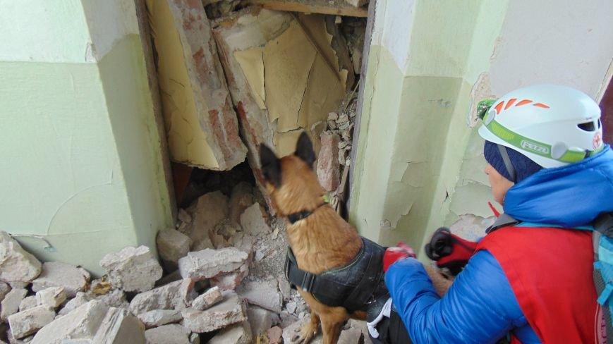 В центре Мариуполя из завалов извлекли двух человек (ФОТОФАКТ) (фото) - фото 1