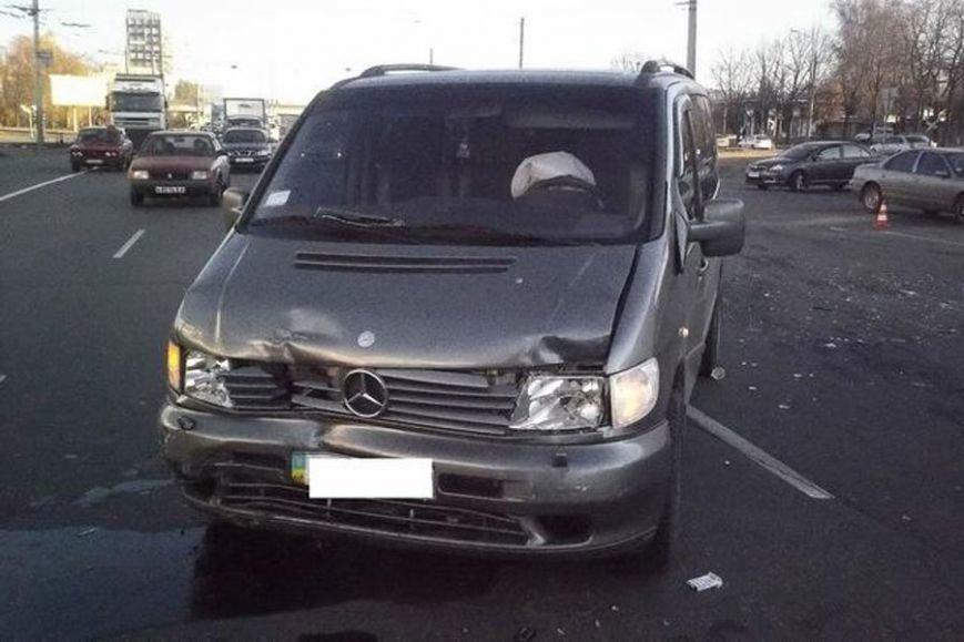 На Московском проспекте бусик припечатал легковушку в борт: есть пострадавшие (ФОТО) (фото) - фото 1