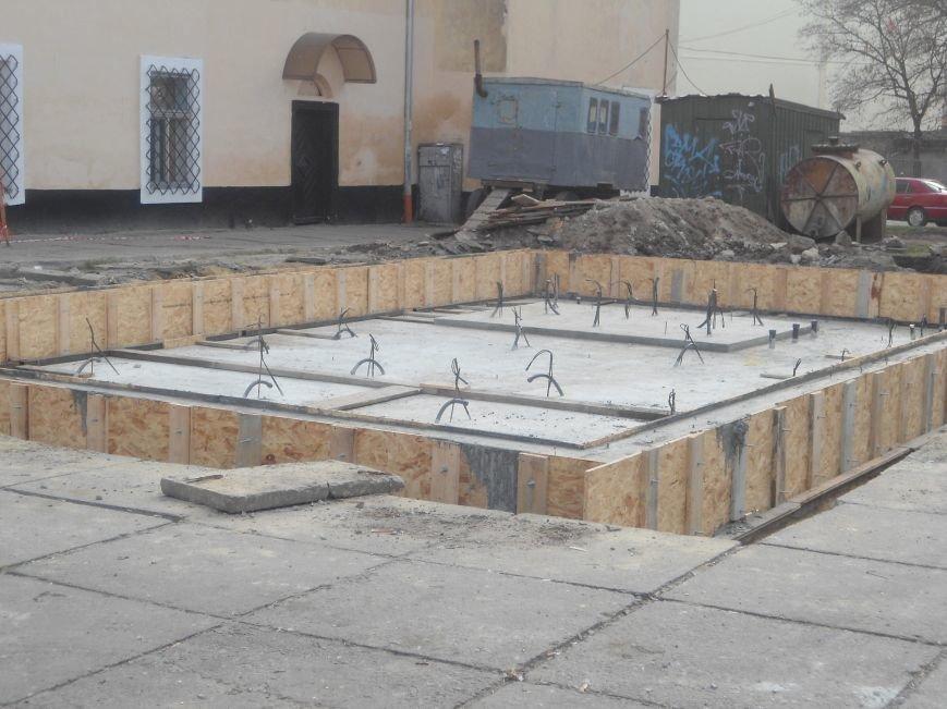 Фонтан на площі Митній: як триває будівництво надсучасного фонтану (ФОТО) (фото) - фото 1