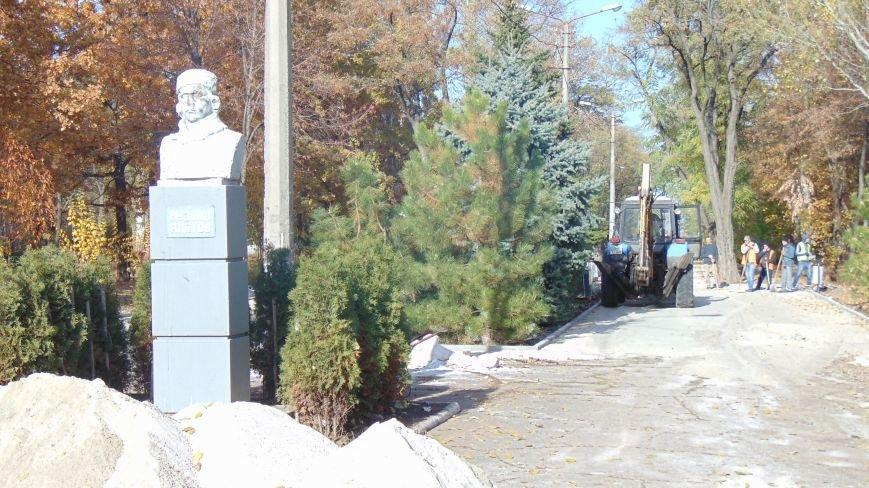 В Мариуполе облагораживают место установки обезображенного памятника знаменитому красному командиру (ФОТОФАКТ) (фото) - фото 1