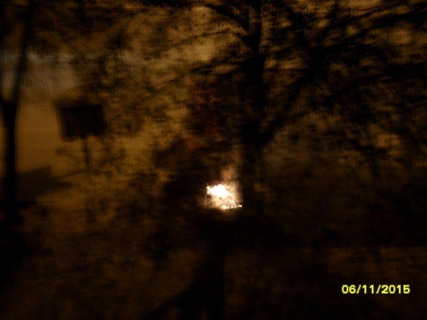 В центре Кривого Рога прохожий успел потушить огонь, который чуть не перекинулся на остановку (ФОТО) (фото) - фото 1