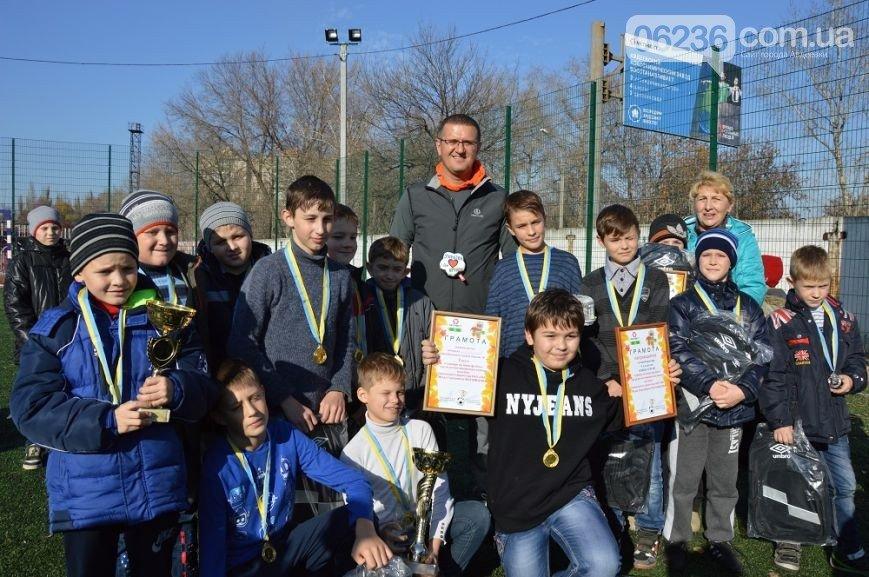 Юные авдеевский футболисты получили награды от генерального директора АКХЗ (ФОТО) (фото) - фото 1