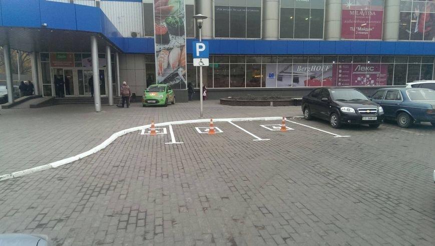 На парковках у Чернівцях з'являються місця для машин людей-інвалідів (фото) - фото 1