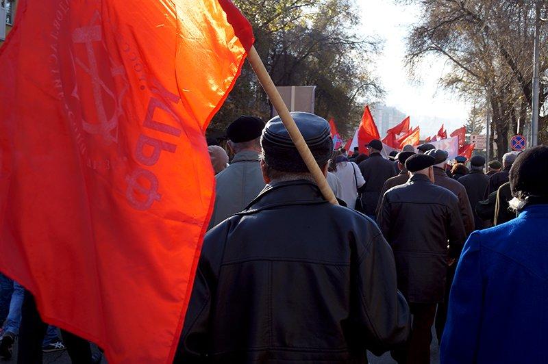 Белгородские коммунисты провели шествие и митинг в честь годовщины Октябрьской революции (фото) - фото 1