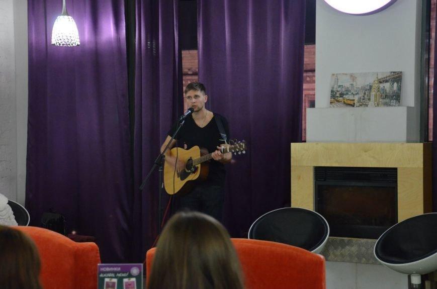 Как днепропетровская молодежь отметила День украинской письменности: авторская поэзия и баллады под гитару (ФОТО) (фото) - фото 1