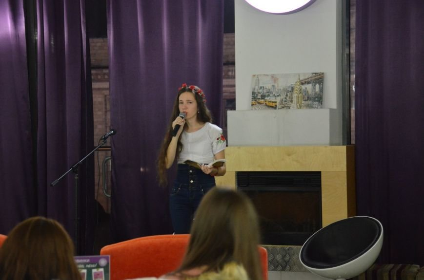 Как днепропетровская молодежь отметила День украинской письменности: авторская поэзия и баллады под гитару (ФОТО) (фото) - фото 2